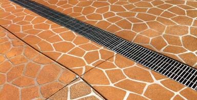 Linear drainage installation